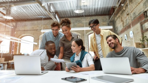 tecnologia nas empresas - pessoas em torno de uma mesa